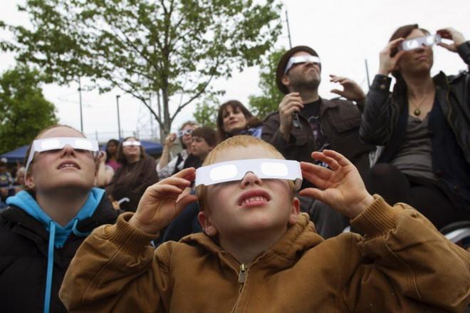 Trải nghiệm nhật thực đặc biệt nhất thế kỷ, người phụ nữ đau đớn mang thương tật suốt đời trên mắt - Ảnh 4.
