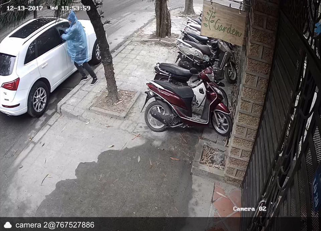Clip: Tên trộm liều lĩnh phá cửa kính ô tô, trộm túi xách trong chớp mắt giữa phố Hà Nội - Ảnh 1.