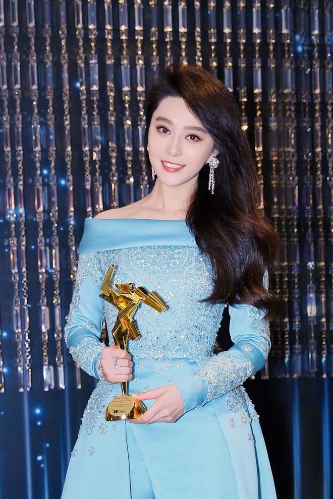 """""""Chặt chém"""" hết mọi mỹ nhân khác, đây là 5 ngôi sao Hoa ngữ sở hữu thời trang thảm đỏ đẹp nhất năm 2017 - Ảnh 1."""
