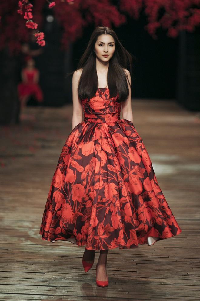 Đến tận ngày cuối cùng của năm 2017, Hoa hậu Kỳ Duyên vẫn phá đảo show diễn của NTK Đỗ Mạnh Cường - Ảnh 2.
