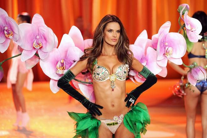 Alessandra Ambrosio chính thức giải nghệ sàn diễn Victorias Secret, giã từ cánh thiên thần sau 14 năm gắn bó - Ảnh 11.