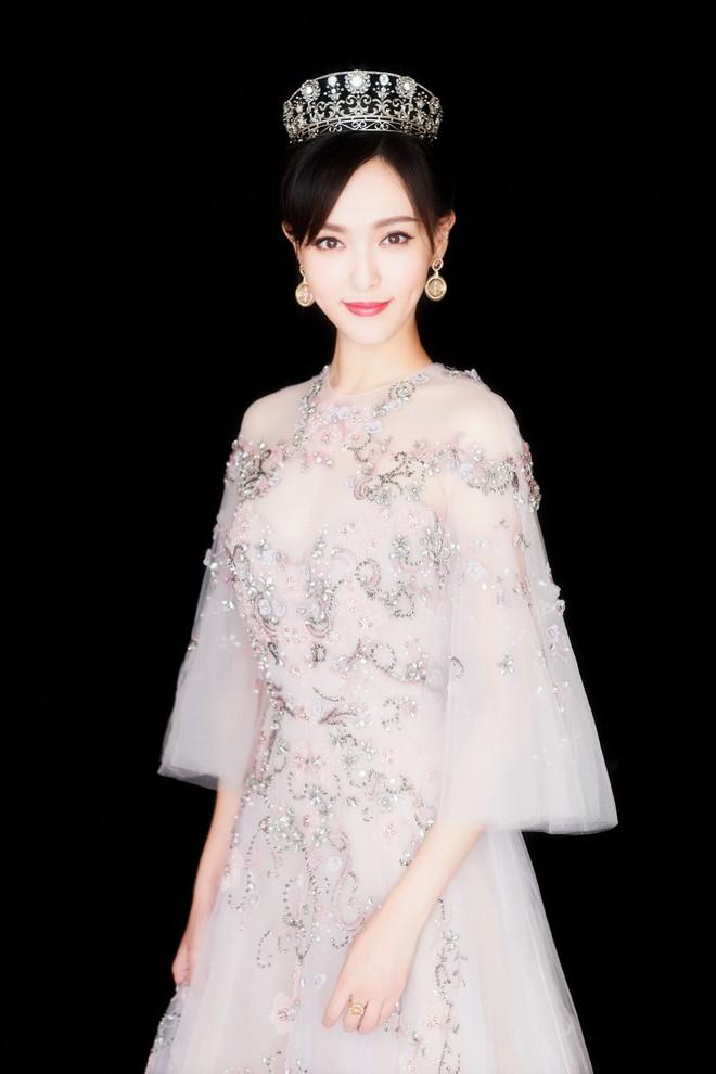"""""""Chặt chém"""" hết mọi mỹ nhân khác, đây là 5 ngôi sao Hoa ngữ sở hữu thời trang thảm đỏ đẹp nhất năm 2017 - Ảnh 11."""