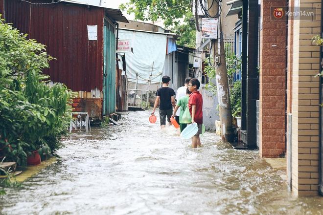 Cảnh tượng bi hài của người Sài Gòn sau những ngày mưa ngập: Sáng quăng lưới, tối thả cần câu bắt cá giữa đường - Ảnh 12.