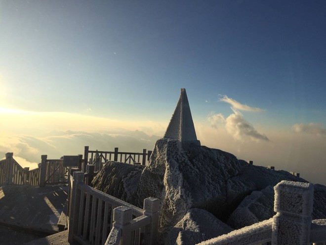 Đỉnh Fansipan trắng xóa băng tuyết khi nhiệt độ trong đêm giảm xuống -7 độ C - Ảnh 13.