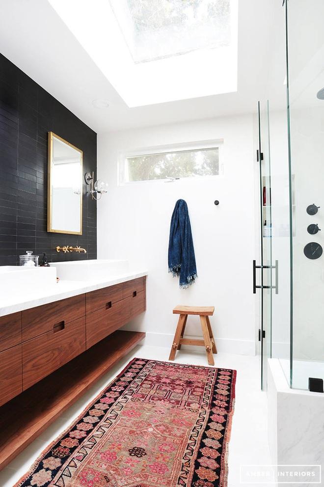 Nhìn ngắm vẻ đẹp khiến tim bạn rụng rời của những mẫu phòng tắm mang phong cách Midcentury - Ảnh 15.