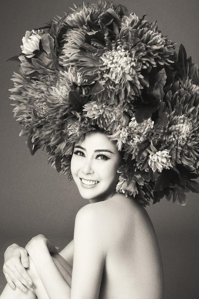Hà Tăng vai trần, Kỳ Duyên cùng loạt mỹ nhân Việt khác trút bỏ xiêm y trong bộ ảnh của NTK Đỗ Mạnh Cường - Ảnh 16.