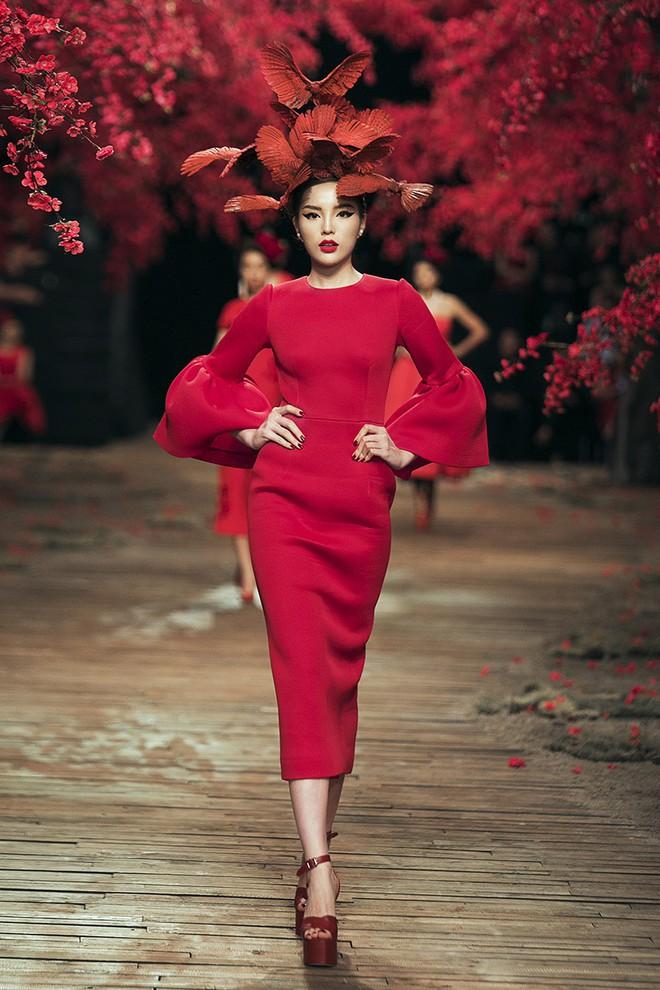 Đến tận ngày cuối cùng của năm 2017, Hoa hậu Kỳ Duyên vẫn phá đảo show diễn của NTK Đỗ Mạnh Cường - Ảnh 15.