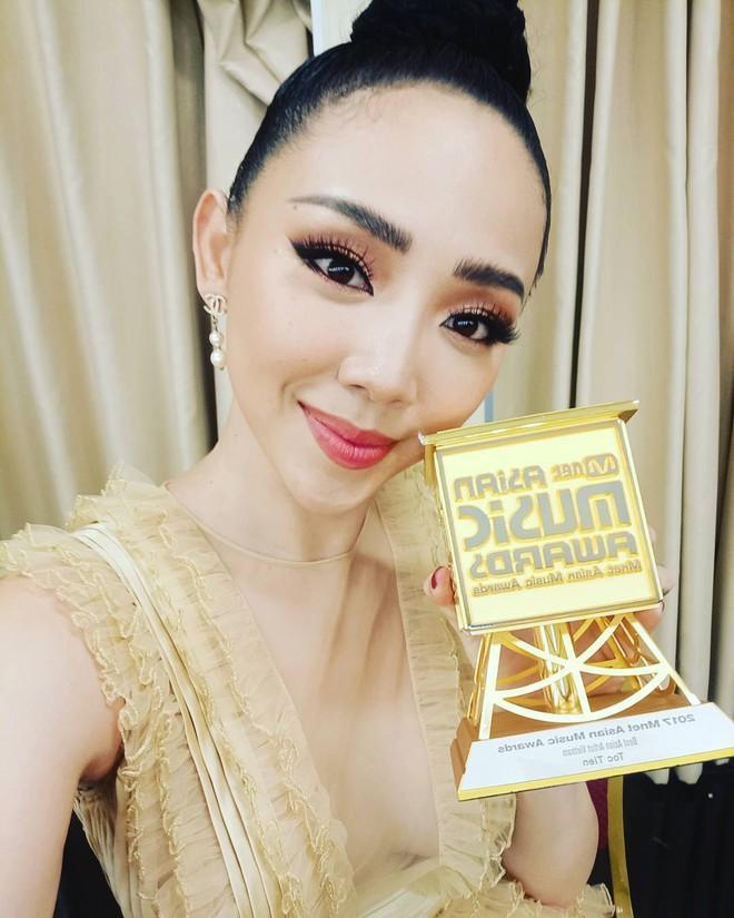 Thanh Hằng và Tóc Tiên nhìn bỗng y chang nhau trên sân khấu MAMA 2017 - Ảnh 3.