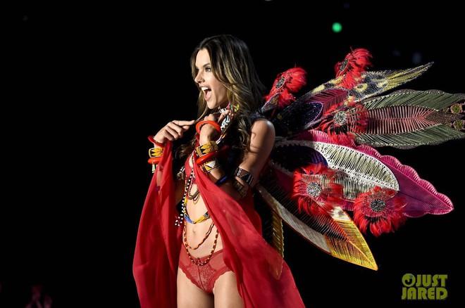 Alessandra Ambrosio chính thức giải nghệ sàn diễn Victorias Secret, giã từ cánh thiên thần sau 14 năm gắn bó - Ảnh 3.