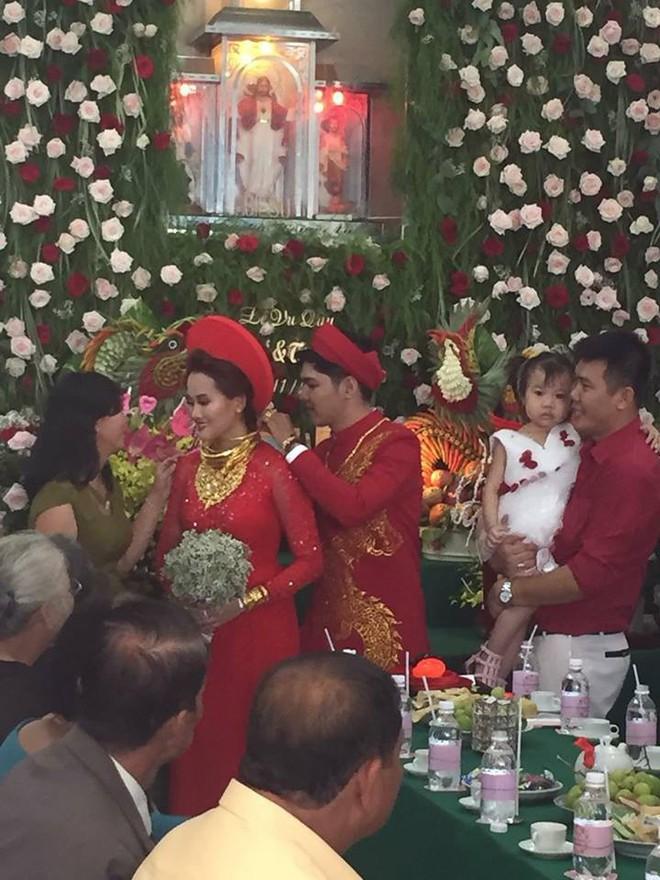 Đám cưới khủng ở Đồng Nai: Cô dâu vàng đeo trĩu cổ, rước dâu bằng xe Bentley và mời cả ca sỹ Cẩm Ly về hát - Ảnh 3.