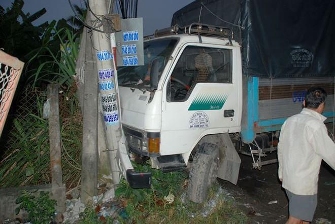 Vụ tai nạn khiến hàng chục hành khách trên xe giường nằm hoảng loạn. Người dân địa phương đập kính xe để giải cứu các hành khách.