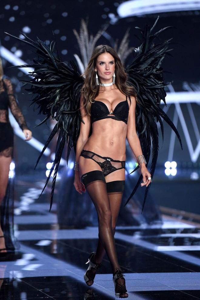 Alessandra Ambrosio chính thức giải nghệ sàn diễn Victorias Secret, giã từ cánh thiên thần sau 14 năm gắn bó - Ảnh 21.