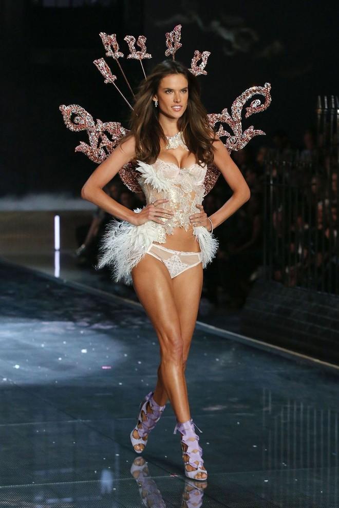 Alessandra Ambrosio chính thức giải nghệ sàn diễn Victorias Secret, giã từ cánh thiên thần sau 14 năm gắn bó - Ảnh 22.