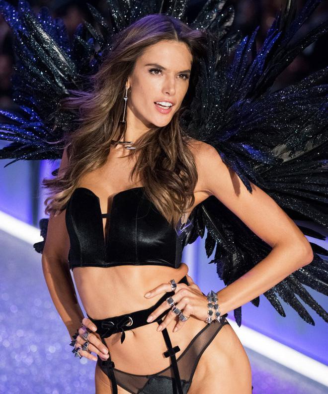 Alessandra Ambrosio chính thức giải nghệ sàn diễn Victorias Secret, giã từ cánh thiên thần sau 14 năm gắn bó - Ảnh 23.