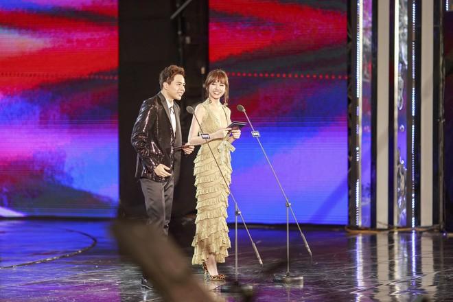 2 sắc thái của Hari Won tại MAMA 2017: Vừa mặc nhầm đồ công sở đã phô ngay vòng 1 trên sân khấu - Ảnh 4.