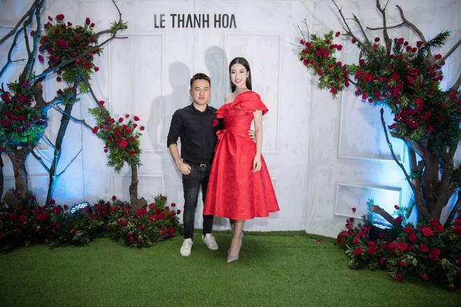 Bao nhiêu Hoa hậu hội tụ trên thảm đỏ sự kiện thời trang, nổi nhất vẫn là Phạm Hương và Đỗ Mỹ Linh - Ảnh 4.