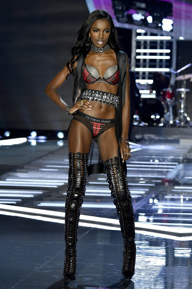 Chân dài Victorias Secret diện đầm của NTK Lê Thanh Hòa lên thảm hồng danh tiếng - Ảnh 5.