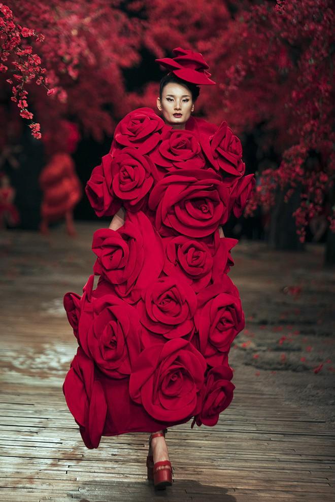 Đến tận ngày cuối cùng của năm 2017, Hoa hậu Kỳ Duyên vẫn phá đảo show diễn của NTK Đỗ Mạnh Cường - Ảnh 49.