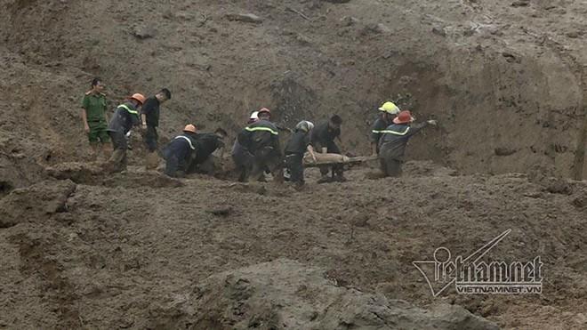 Sạt lở ở Hòa Bình: Khóc ngất kể phút đất vùi 4 người thân - Ảnh 5.