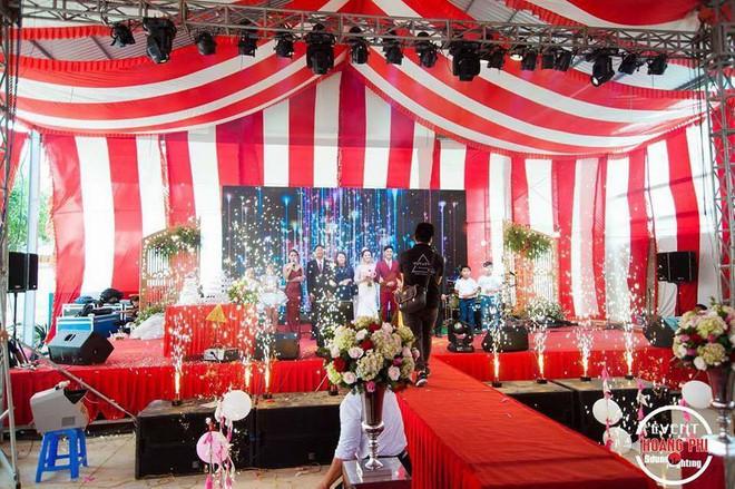 Đám cưới khủng ở Đồng Nai: Cô dâu vàng đeo trĩu cổ, rước dâu bằng xe Bentley và mời cả ca sỹ Cẩm Ly về hát - Ảnh 6.