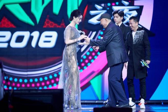 Không đi thảm đỏ, Phạm Băng Băng vẫn khiến netizen mắt tròn mắt dẹt vì chiếc đầm quá xuất sắc! - Ảnh 6.