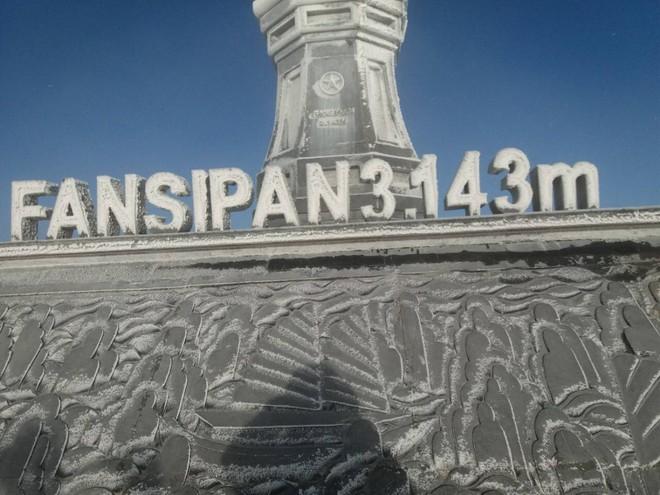 Đỉnh Fansipan trắng xóa băng tuyết khi nhiệt độ trong đêm giảm xuống -7 độ C - Ảnh 6.