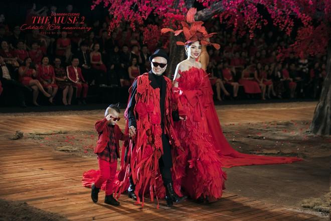 Đến tận ngày cuối cùng của năm 2017, Hoa hậu Kỳ Duyên vẫn phá đảo show diễn của NTK Đỗ Mạnh Cường - Ảnh 60.