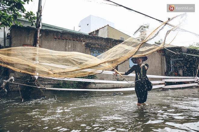 Cảnh tượng bi hài của người Sài Gòn sau những ngày mưa ngập: Sáng quăng lưới, tối thả cần câu bắt cá giữa đường - Ảnh 7.