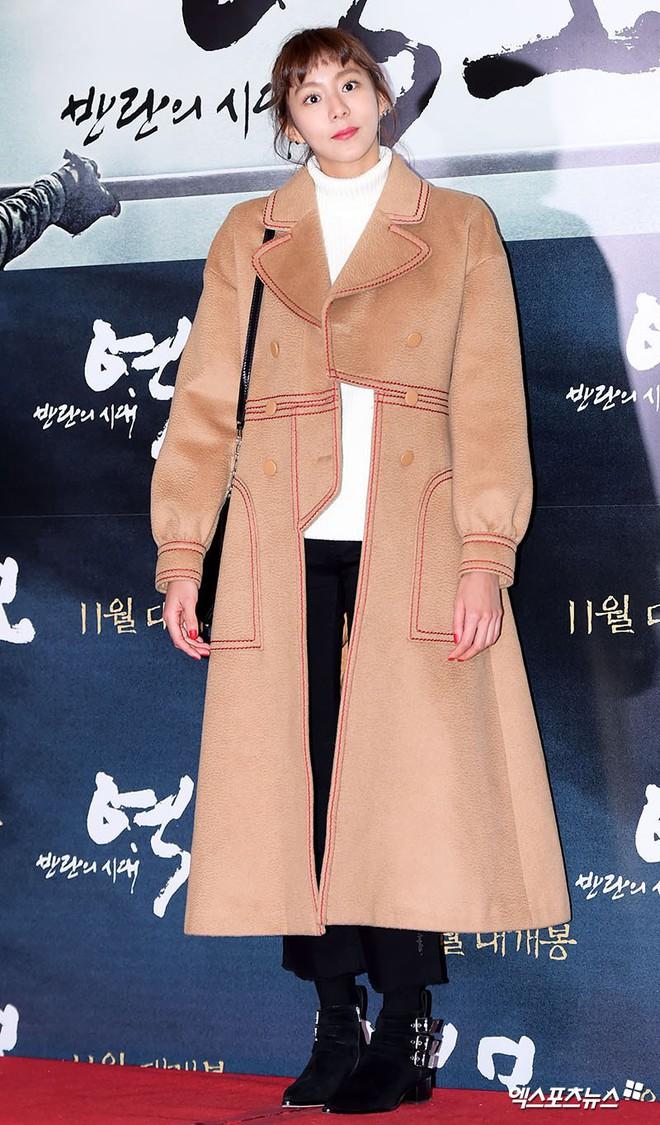 Áo khoác dáng dài năm nào cũng hot, nhưng để mặc đẹp và thật hợp mốt thì phải học tập các idol Hàn này - Ảnh 13.