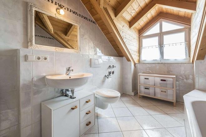 14 mẫu nhà tắm gác mái chỉ cần nhìn qua đã thấy ưng mắt - Ảnh 7.