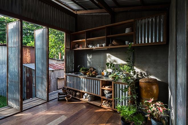 Dùng tấm tôn làm vật liệu chính, ngôi nhà ở Châu Đốc này vẫn khiến báo Tây ngạc nhiên vì quá đẹp - Ảnh 8.
