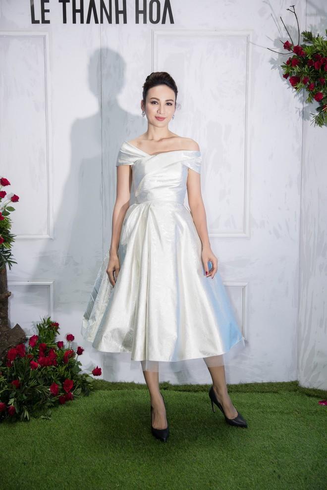 Bao nhiêu Hoa hậu hội tụ trên thảm đỏ sự kiện thời trang, nổi nhất vẫn là Phạm Hương và Đỗ Mỹ Linh - Ảnh 8.