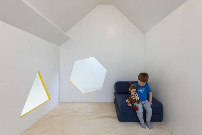 Với phòng ngủ nhỏ mà có võ thế này, bố mẹ hoàn toàn có thể yên tâm về nơi ngủ, chỗ chơi cho trẻ - Ảnh 12.