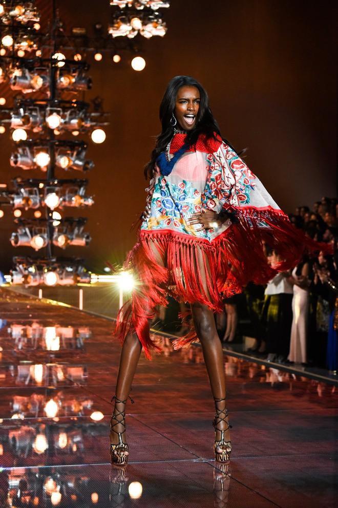 Chân dài Victorias Secret diện đầm của NTK Lê Thanh Hòa lên thảm hồng danh tiếng - Ảnh 9.