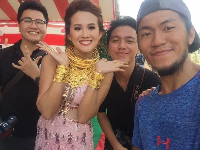 Đám cưới khủng ở Đồng Nai: Cô dâu vàng đeo trĩu cổ, rước dâu bằng xe Bentley và mời cả ca sỹ Cẩm Ly về hát - Ảnh 9.