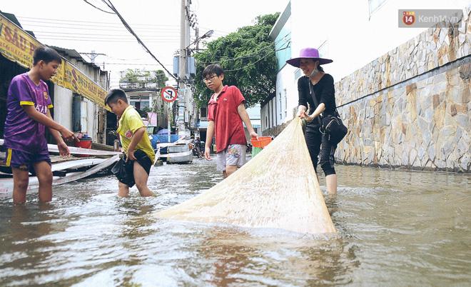 Cảnh tượng bi hài của người Sài Gòn sau những ngày mưa ngập: Sáng quăng lưới, tối thả cần câu bắt cá giữa đường - Ảnh 10.
