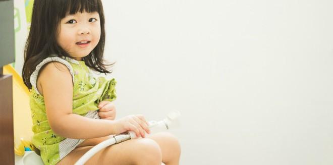 Đây là lý do bố mẹ không nên luyện con tự đi vệ sinh quá sớm - Ảnh 1.