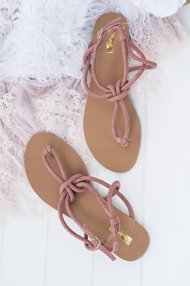 Sau đan dây, xu hướng sandals đang chuyển hướng sang kiểu thắt nút lạ đời - Ảnh 8.