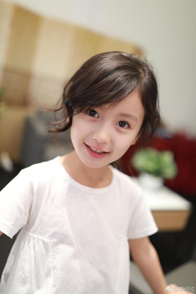 Thiên thần nhí 8 tuổi xinh lung linh, giống Kim Ji Won như tạc - Ảnh 4.