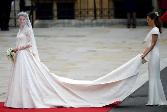 10 điều bí mật làm nên sức hút vượt trời gian của mẫu váy cưới mà Công nương Kate mặc  - Ảnh 12.