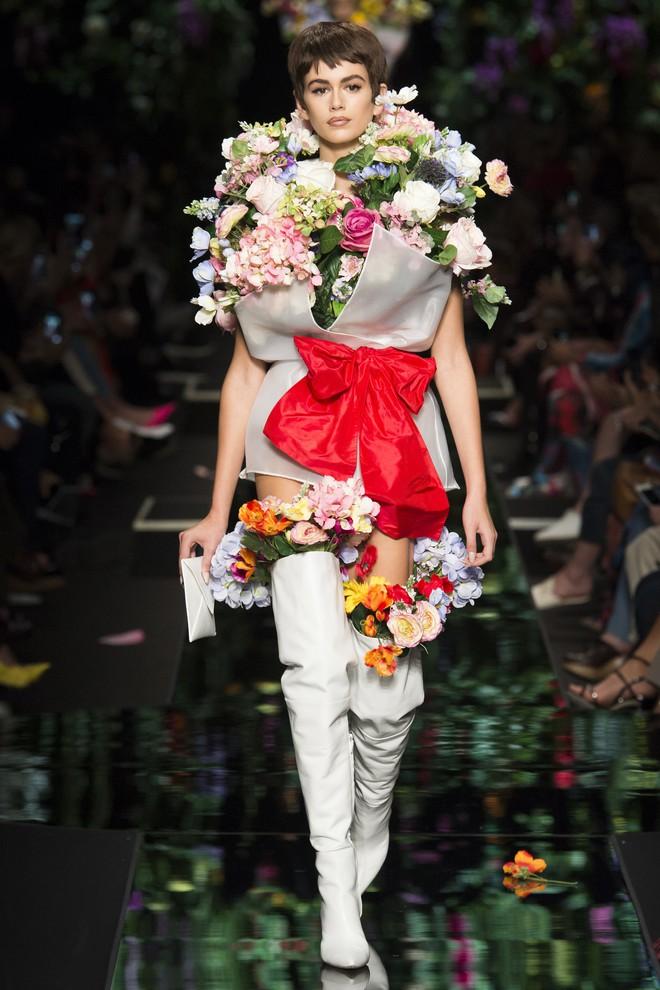 Ngang nhiên mượn thiết kế của Moschino, nhưng bó hoa Tiêu Châu Như Quỳnh lại kém sắc trầm trọng - Ảnh 6.