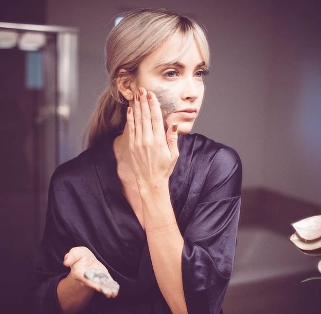 Đừng chỉ ưu ái mask giấy, mà xem nhẹ khả năng kháng khuẩn làm sạch da vượt trội của mặt nạ đất sét  - Ảnh 1.