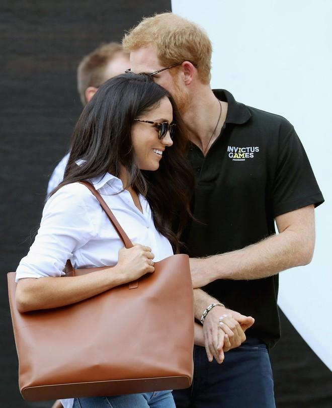 Chị em dâu Hoàng gia Anh, không chỉ hay đụng váy áo mà còn hợp gu thời trang bình dân - Ảnh 1.