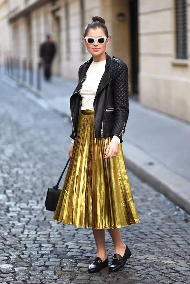 Tỏa sáng rạng ngời xuống phố hai ngày cuối cùng của năm với những thiết kế chân váy ánh kim siêu bắt mắt - Ảnh 10.