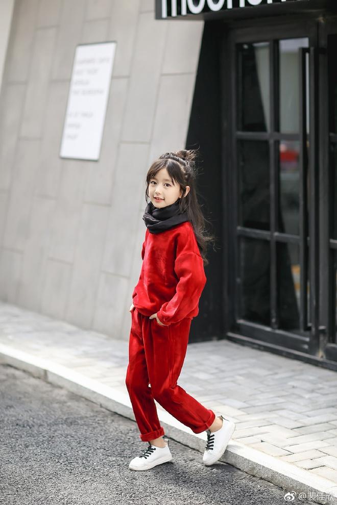 Thiên thần nhí 8 tuổi xinh lung linh, giống Kim Ji Won như tạc - Ảnh 22.