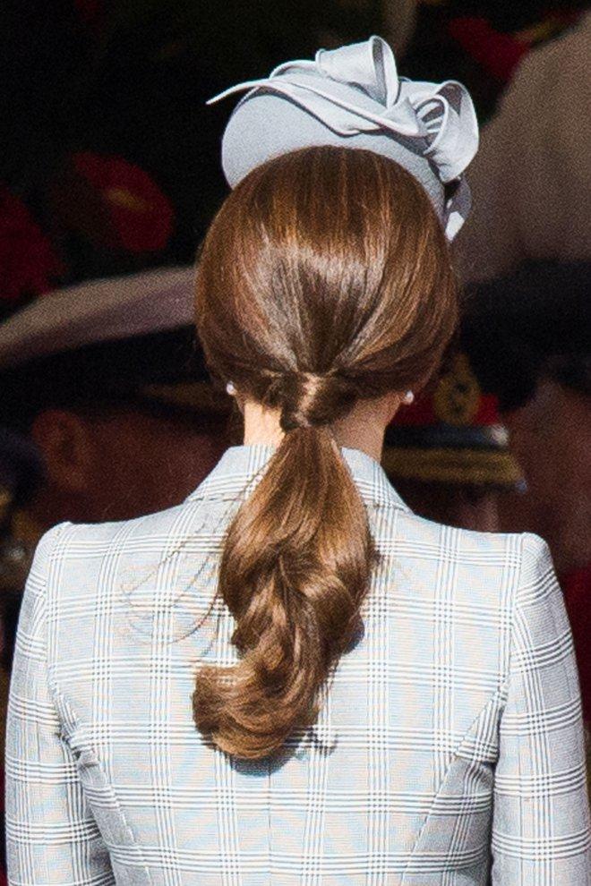 Ngoài gu thời trang thanh lịch, công nương Kate còn khéo chọn kiểu tóc kết hợp cùng - Ảnh 4.