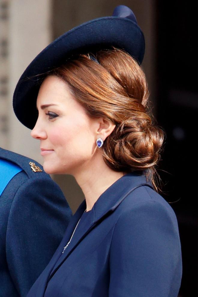 Ngoài gu thời trang thanh lịch, công nương Kate còn khéo chọn kiểu tóc kết hợp cùng - Ảnh 12.