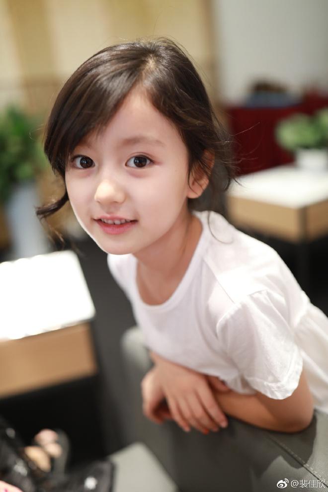 Thiên thần nhí 8 tuổi xinh lung linh, giống Kim Ji Won như tạc - Ảnh 5.