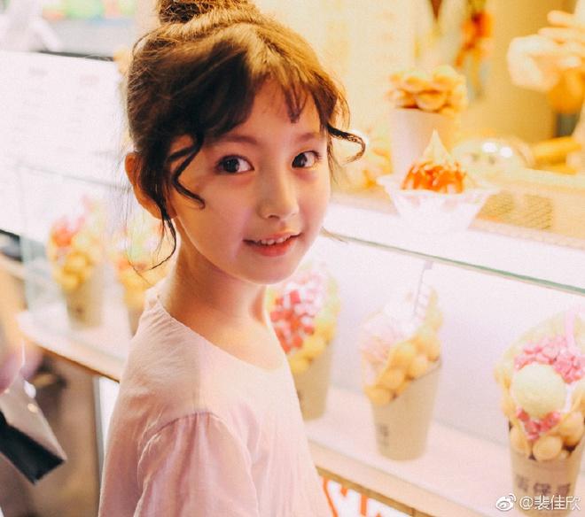 Thiên thần nhí 8 tuổi xinh lung linh, giống Kim Ji Won như tạc - Ảnh 6.