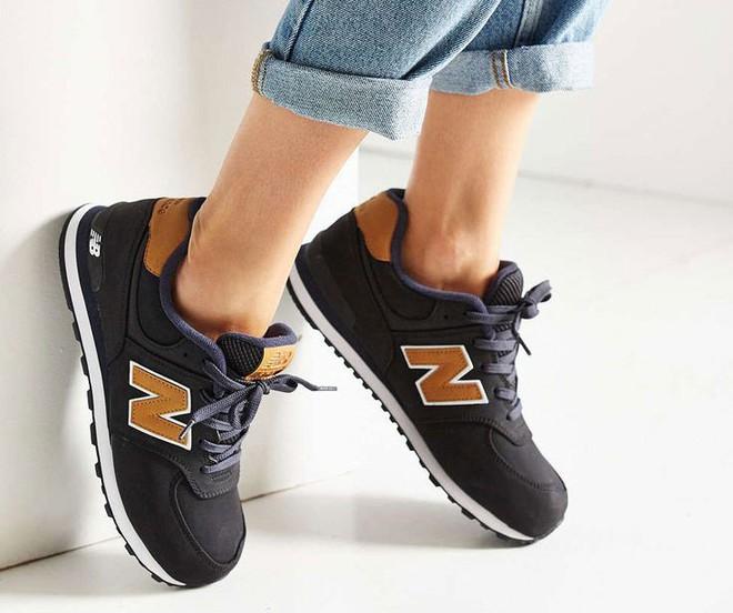 Dù ngoài kia có la liệt những thiết kế mới, thì phái đẹp vẫn luôn mê mệt 5 đôi sneaker này - Ảnh 25.